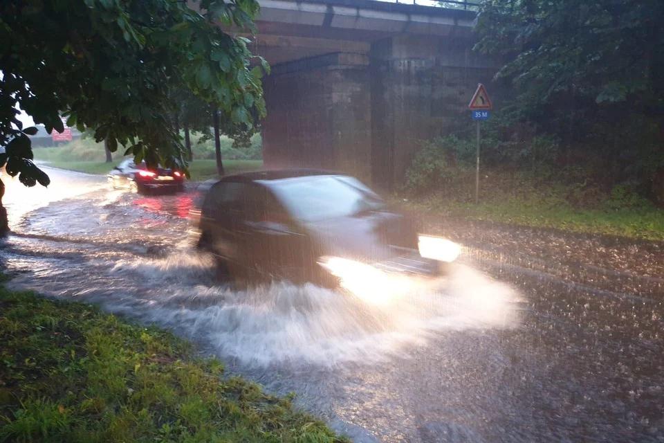 Op de Herenthoutsesteenweg in Herentals stroomde het water naar het laagste punt onder het bruggetje.