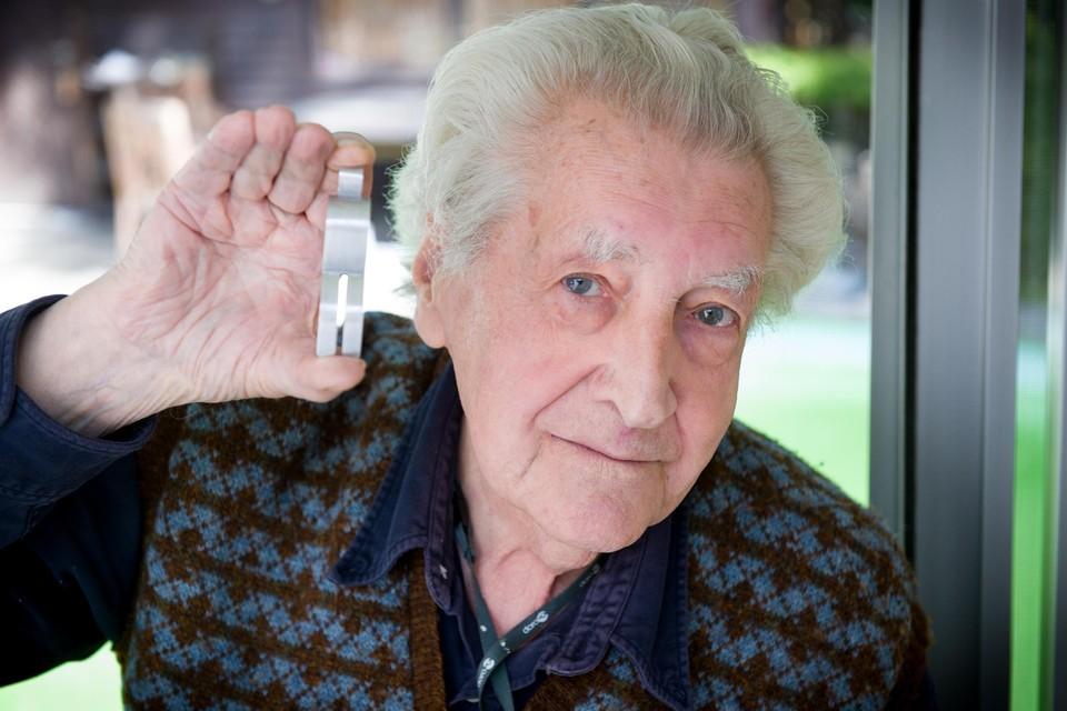 Paul Van Hoeydonck zo'n tien jaar geleden met een kopie van zijn wereldberoemde 'Fallen astronaut'