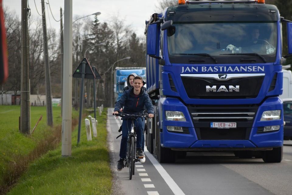 Lex en Siebe op het moordstrookje naast de Liersebaan (N14) tussen Viersel en Massenhoven.