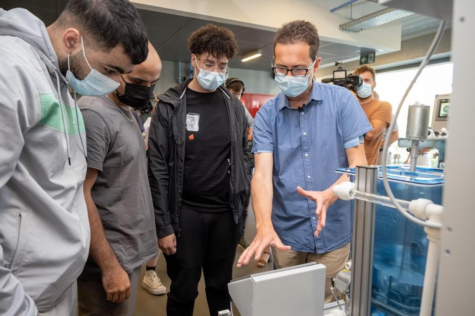 Een werknemer uit de chemiesector geeft les in het middelbaar, in de hoop de jongeren warm te maken voor een job in zijn sector.