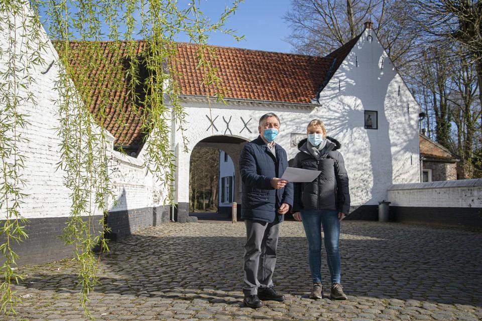 Marcel Hannes en Anja Nijs aan de abdij van Postel, waar de wandeling start en aankomt.