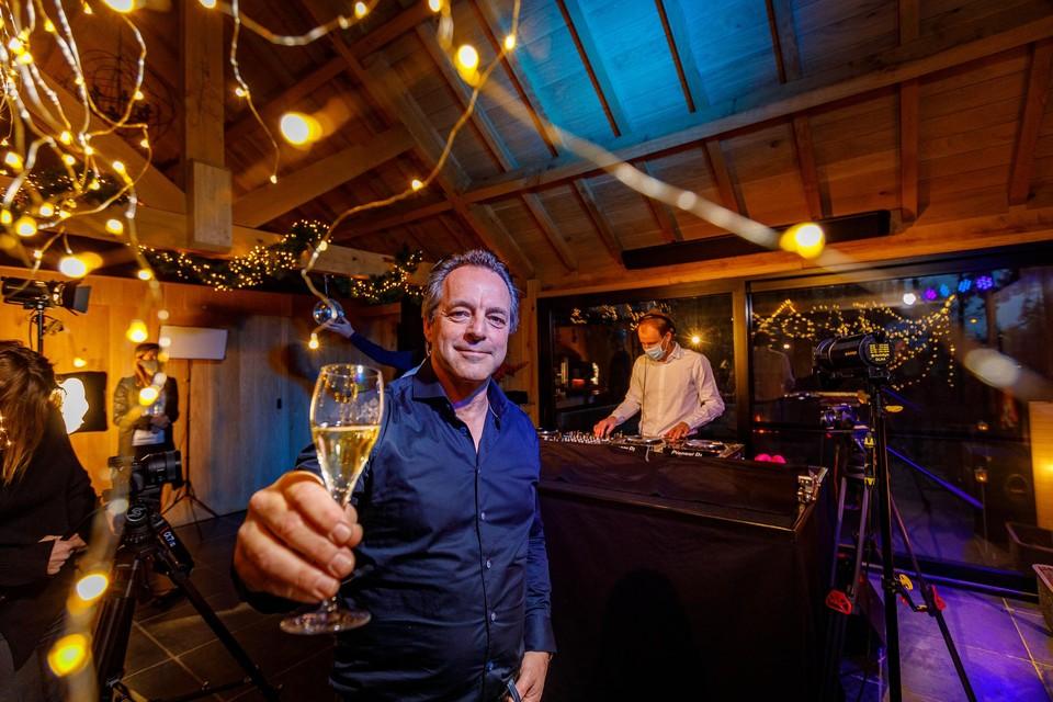 CEO Peter Van Laer bereidt thuis de opnames van zijn nieuwjaarsspeech en dj-sets voor.