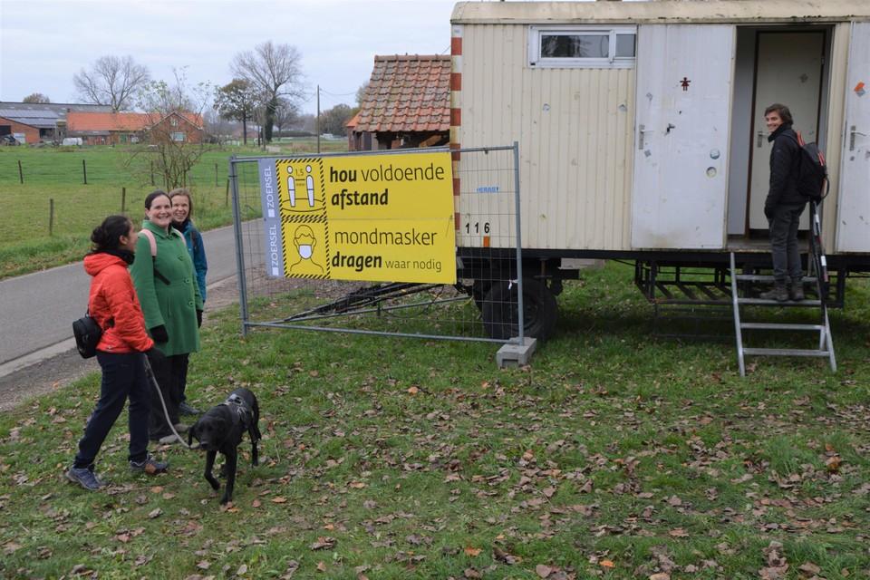 Ann gaat de toiletwagen op Einhoven al eens testen. Ze mist meer de cafés dan de toiletten van de cafés.