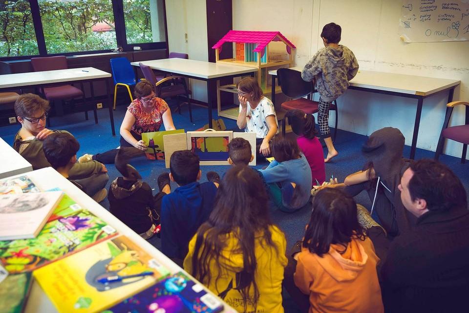 De Verhalenweverij mikt in de eerste plaats op kinderen uit kansengroepen en werkt daarom samen met enkele asielcentra.