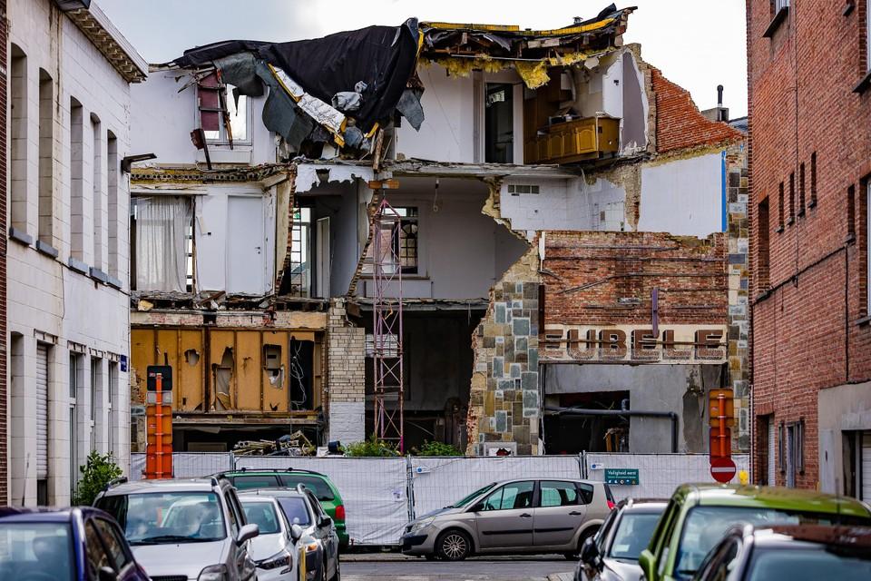 De ruïne van het ingestorte appartementsgebouw staat er sinds mei 2019 onaangeroerd bij.