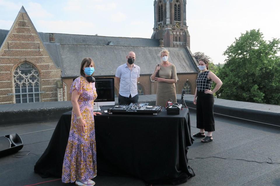 Leerling-dj Wendy Van de Wouwer, docenten Jeroen Jacquemain en Hester Bolle, in het gezelschap van de altijd geïnteresseerde academiedirecteur Lisbeth Wolfs.