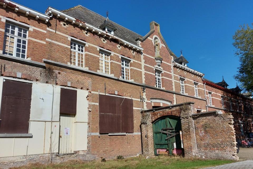 Het kloostergebouw is driehonderd jaar oud, maar is de laatste twintig jaar helemaal in verval geraakt door leegstand en vandalisme.
