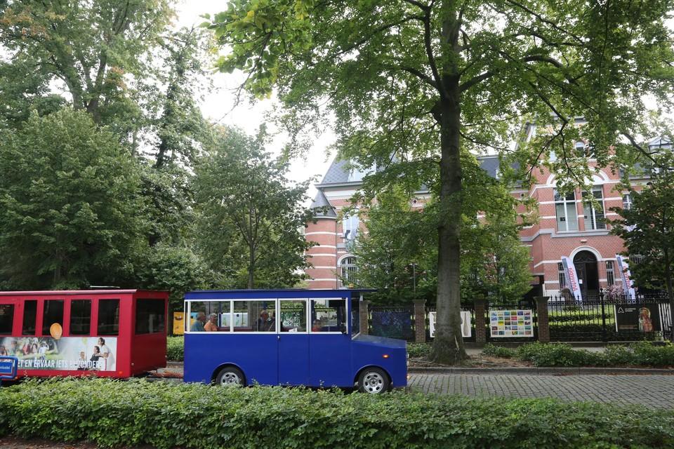 Het treintje tuft hier voorbij het Dienstencentrum Antverpia, de bakermat van de geschiedenis van Sint-Mariaburg.