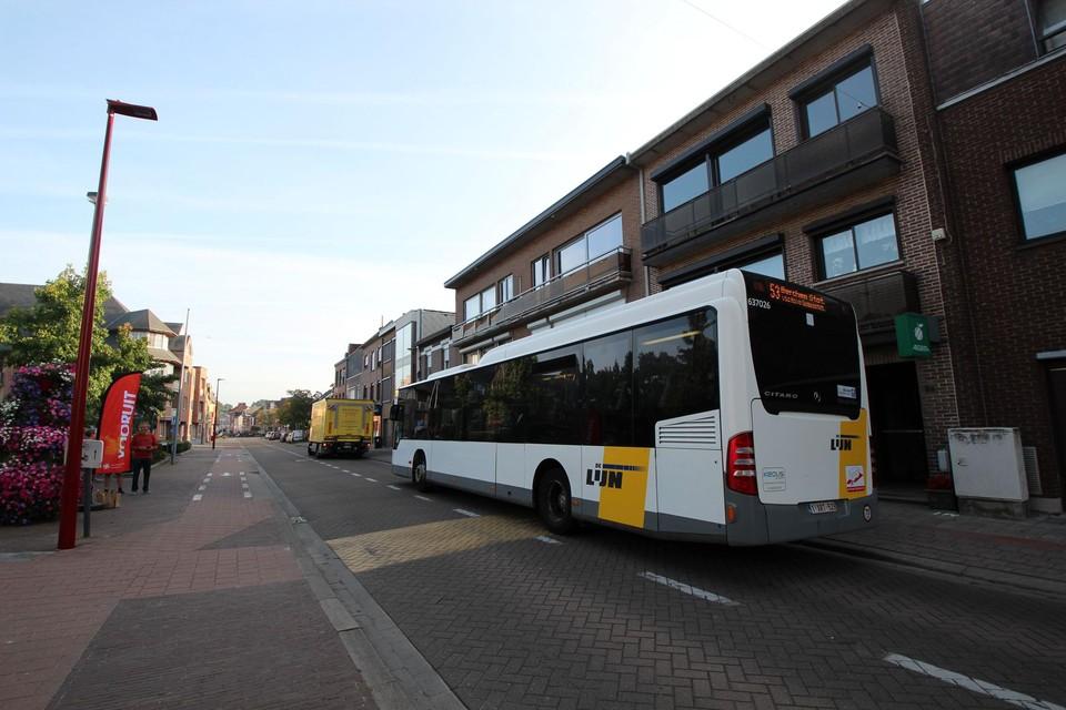 De lijn doorkruist het centrum van Lint tussen Duffel en Berchem-Station.