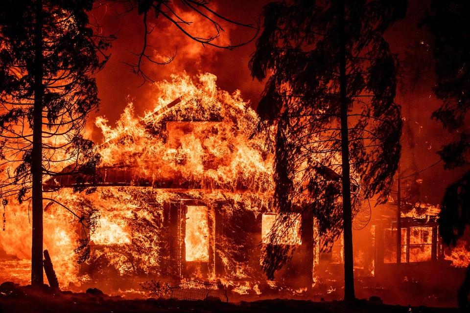 Een huis brandt uit tijdens de 'Dixie fire' in de Amerikaanse staat Californië.