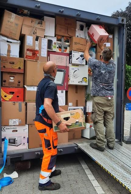Gemeentearbeiders stouwden een container met bestemming Rochefort vakkundig vol