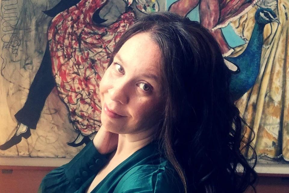Véronique bij twee van haar werken.