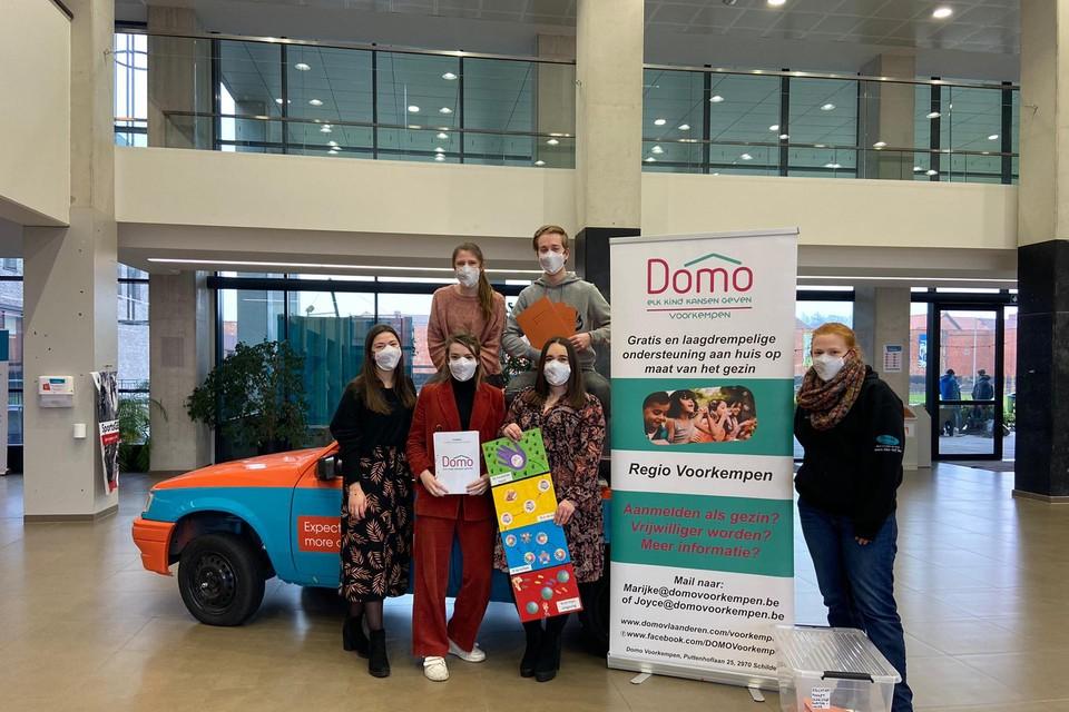 De studenten van de lerarenopleiding met de boxen die ze ontwierpen voor Domo.