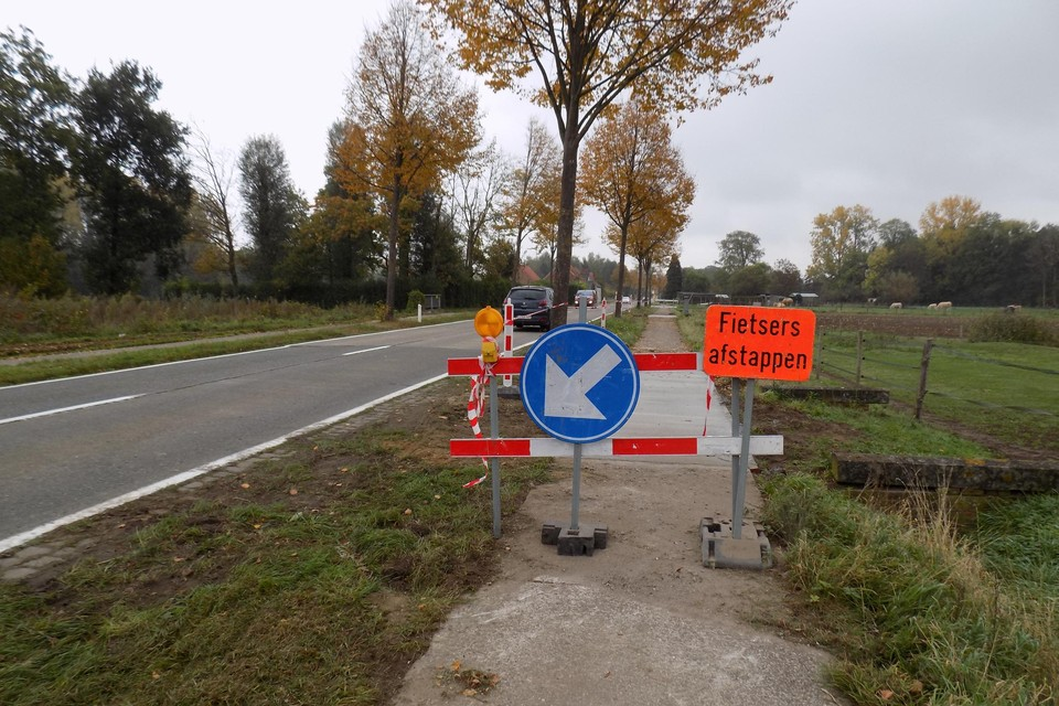 Het fietspad op de Gierlebaan in Lille wordt compleet vernieuwd. Er komt  een asfaltlaag over en die wordt breder dan het huidig fietspad.