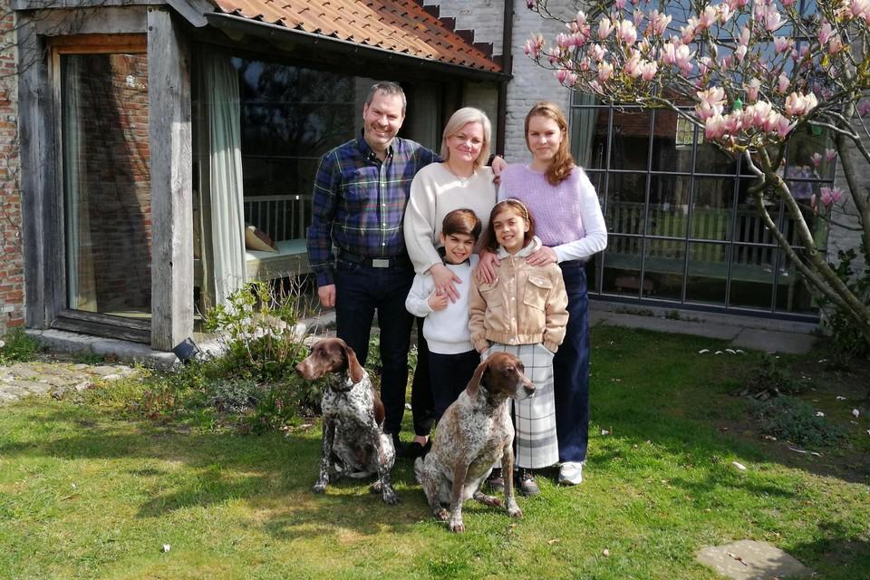 Maarten en Cathy Fonteyne met hun kinderen Delphine, Joséphine en Maurice en hun twee trouwe viervoeters .