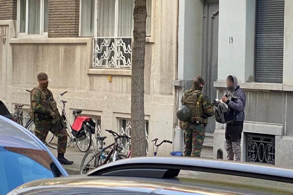 Enkele militairen controleren in november in Antwerpen de identiteit en de inhoud van een rugzak van een man. Dit mogen ze eigenlijk niet doen, want het is de taak van de politie.