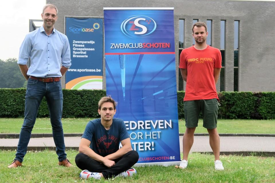 Xhoi Lavdaniti met coach Sepp Meyers (rechts) en voorzitter Peter De Meyer (links).