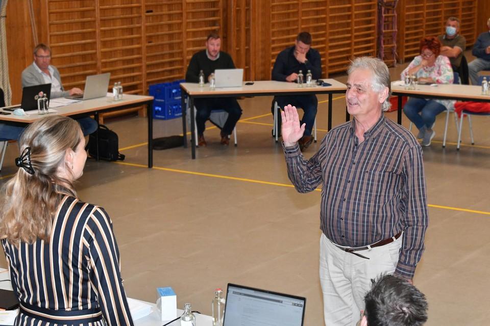 Juul Liekens legt de eed af als schepen bij de al even nieuwe burgemeester Leen Wouters.
