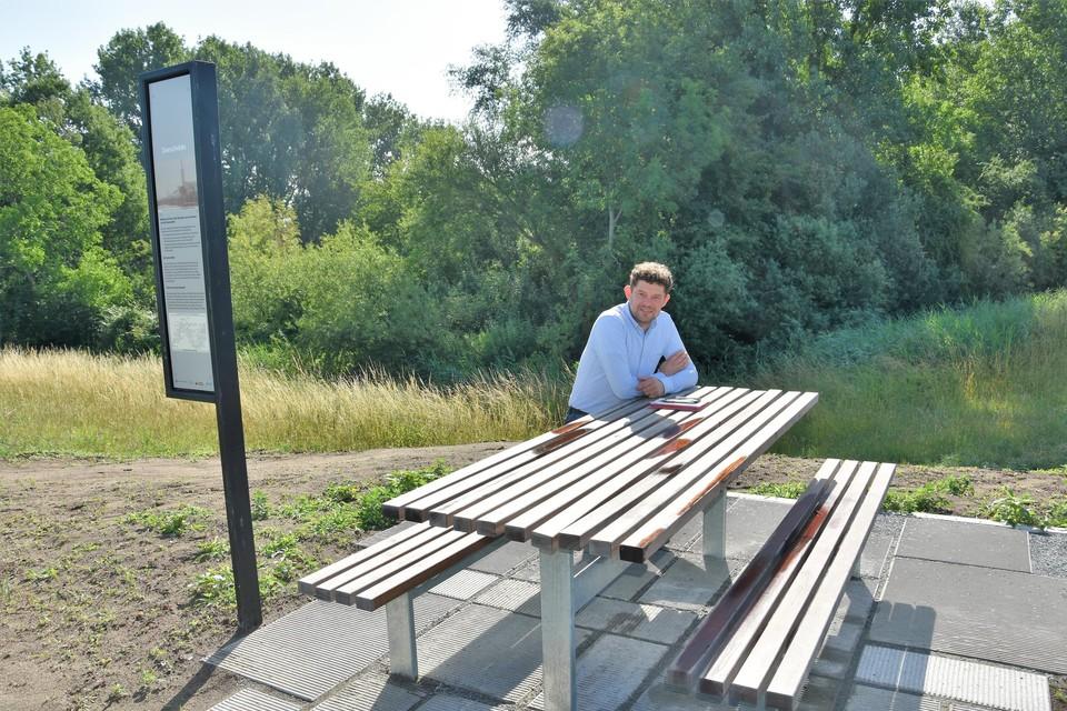 Projectcoördinator Tom Wezenbeek bij een picknickbank in Rivierenland.