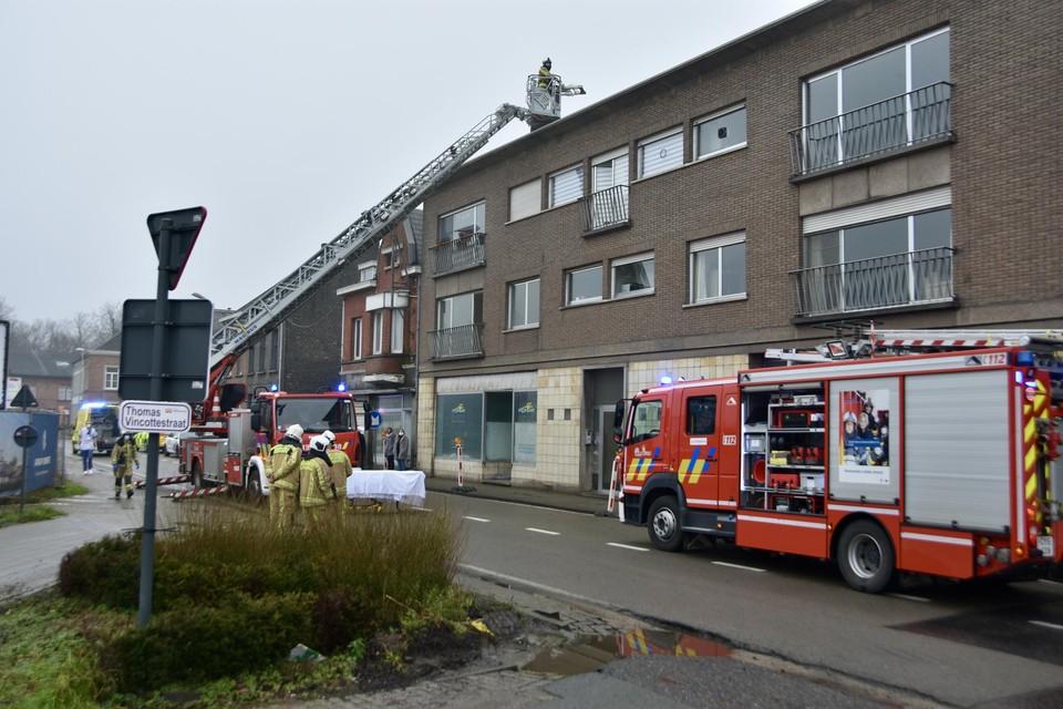 De brandweer zette een ladderwagen in om het slachtoffer vanop het dak naar beneden te brengen.