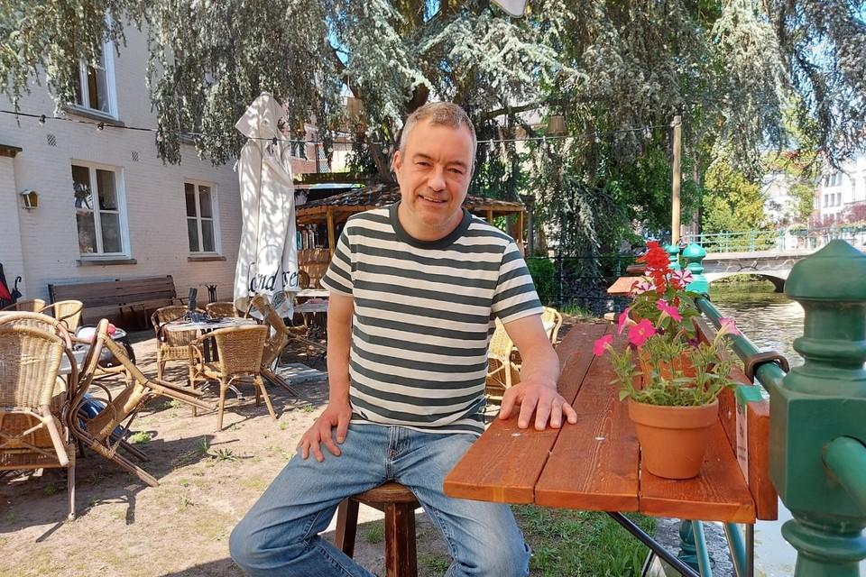 Vincent Stockman op het terras van bistro De Zimmer, waar naast de Binnennete de zomerconcerten plaatsvinden.