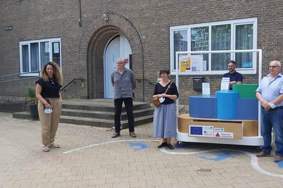 Nezha Attaf en Kathleen Helsen van Kamp C, schepen Steve D'Hulster (Mortsel), schepen Karel Van Elshocht (Kontich) en energiemeester Bruno stellen de 'aha!-Mobiel voor.