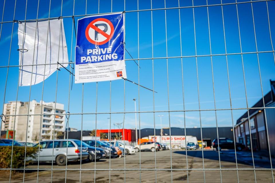 Bordjes waarschuwen gebruikers er al voor dat de site van de voormalige Carrefour een privéparking is.