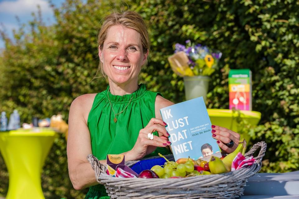 Diëtiste Vicky De Beule met haar boek