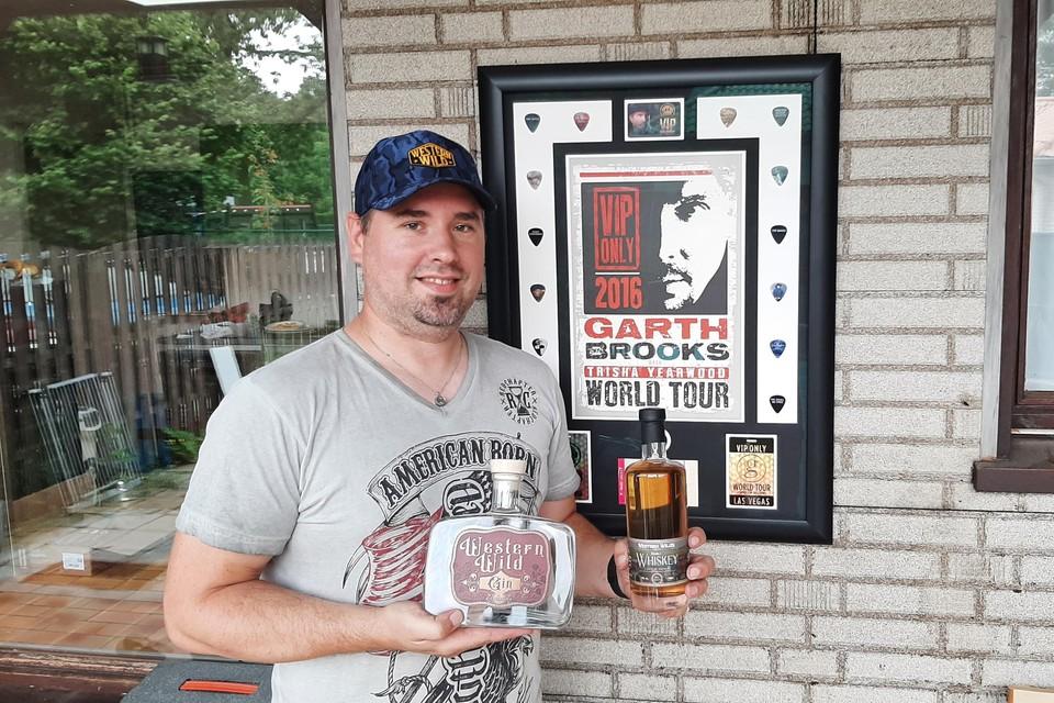 Christophe toont zijn Western Wild gin en whiskey.