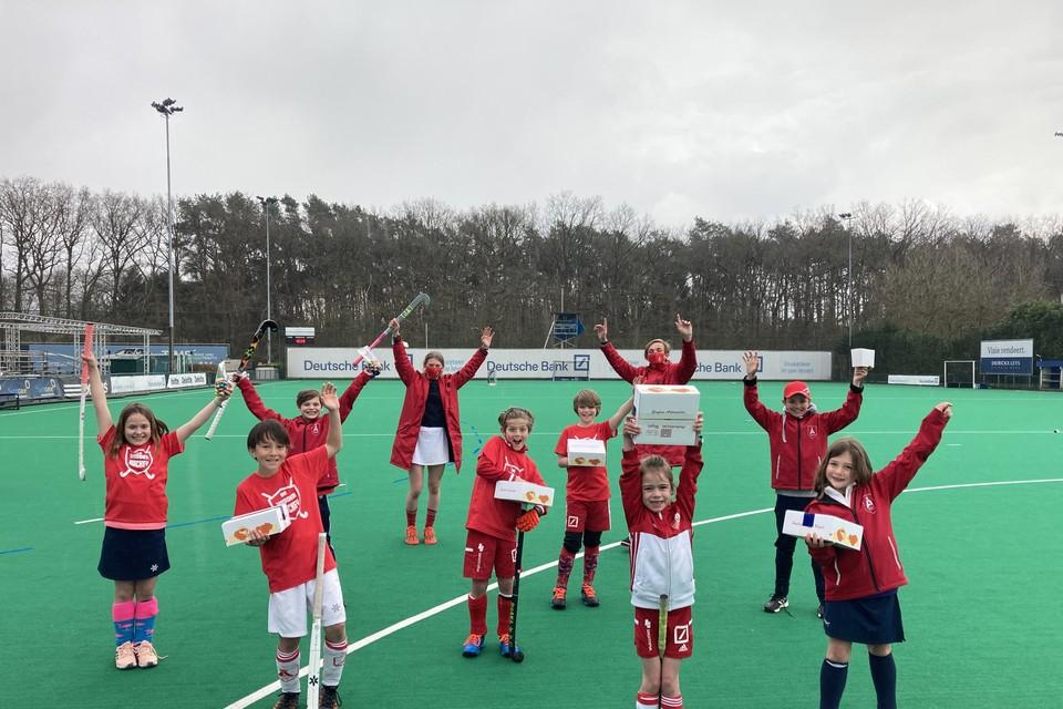 De jeugdspelers van de Royal Antwerp Hockey Club met hun wafeltjes.
