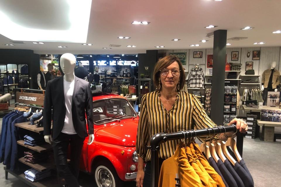 Inge Van Peer staat in de herenafdeling van de bekende familiezaak Van Peer Mode in Poederlee. Haar overgrootvader Victor startte honderd jaar geleden met een kleermakerij.