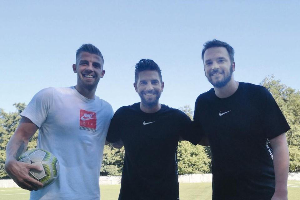 """Toby ging dieze zomer nog eens voetballen met zijn broers Steve (midden) en Sven (rechts). """"Geloof me, dat was minstens vijftien jaar geleden."""""""