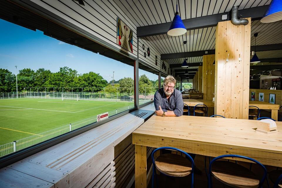 Voorzitter Peter Queeckers in de vernieuwde cafetaria van NEO Hockey.