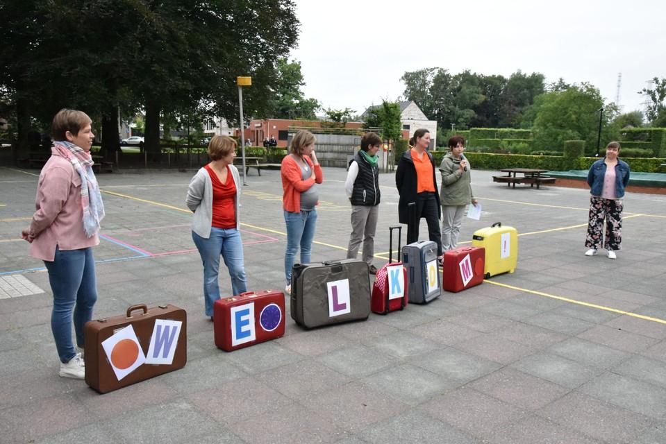 De leerkrachten en directie van 't Kroontje stelden het jaarthema voor, 'een koffer vol'.