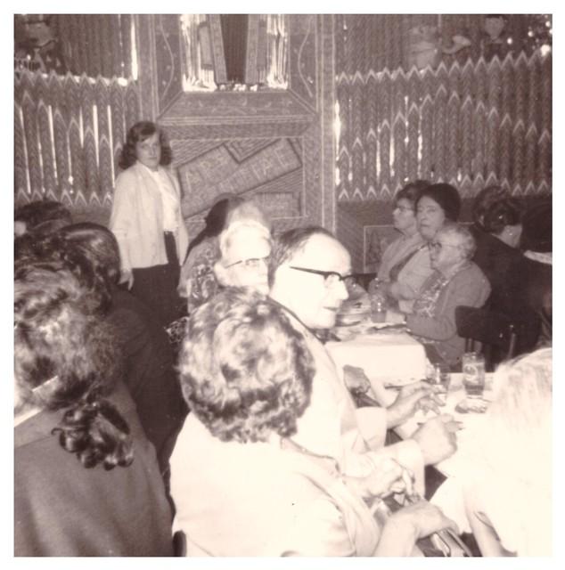 De moeder van Kelly poseert voor het Decap-orgel