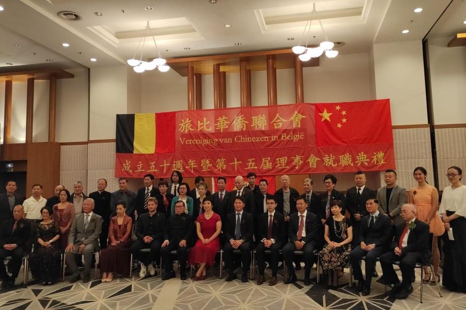 Verschillende vertegenwoordigers verzamelen samen voor het podium.
