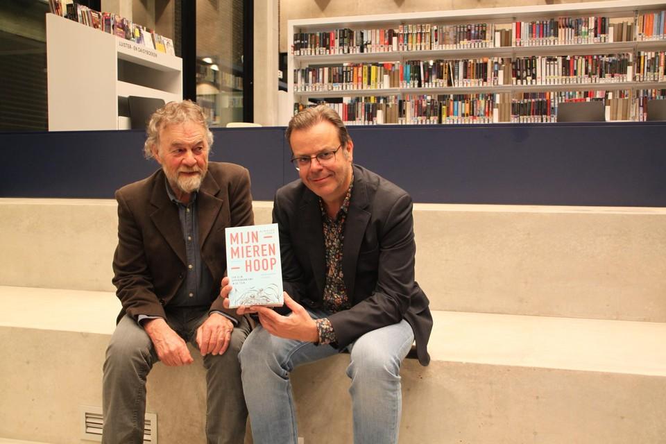 Achilles Cools en Hans Van Dyck met het nieuwe boek in de nieuwe bibliotheek.
