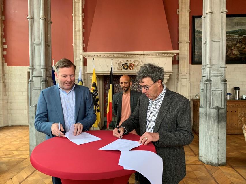 Burgemeester Alexander Vandersmissen, schepen van Sport Abdrahman Labsir en algemeen directeur Marc Michils van Kom op tegen Kanker ondertekenden de overeenkomst.
