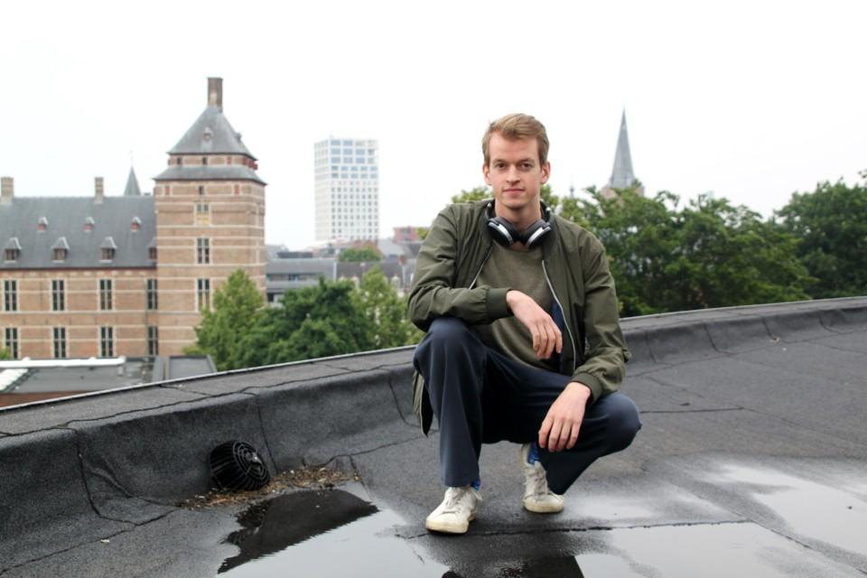 Jesse Dockx speelt zondag op het dak van de Warande, met in de achtergrond de torens van het kasteeltje, Turnova en de Sint-Pieterskerk.
