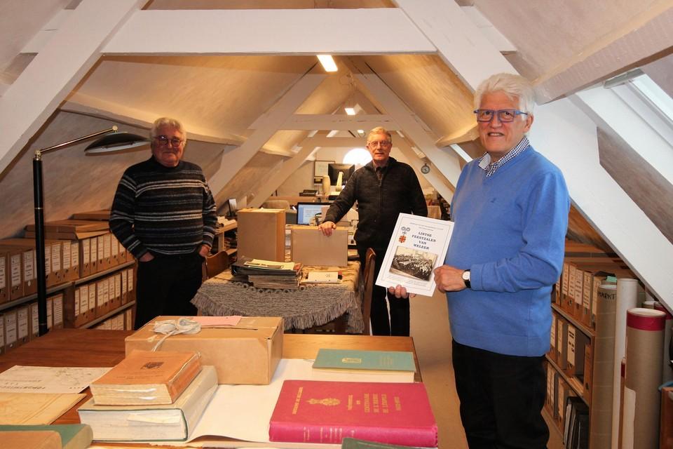 Gie Beyens, Edward Hertogs en voorzitter Ludo Vekemans tonen het nieuwe archief en publicatie.