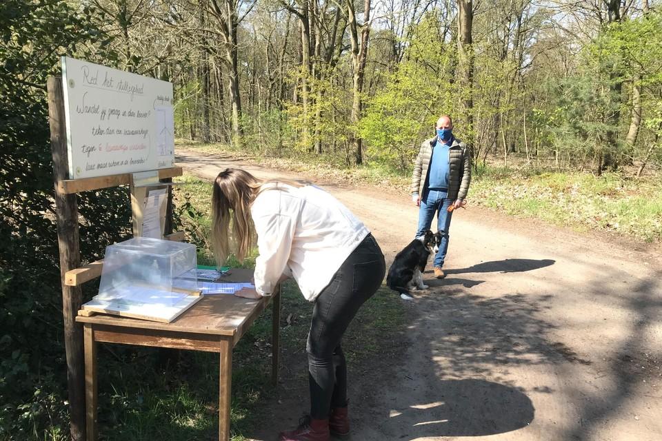 Buurtbewoners bemannen een standje in het SCK-bos waar wandelaars hun actie kunnen onderschrijven.