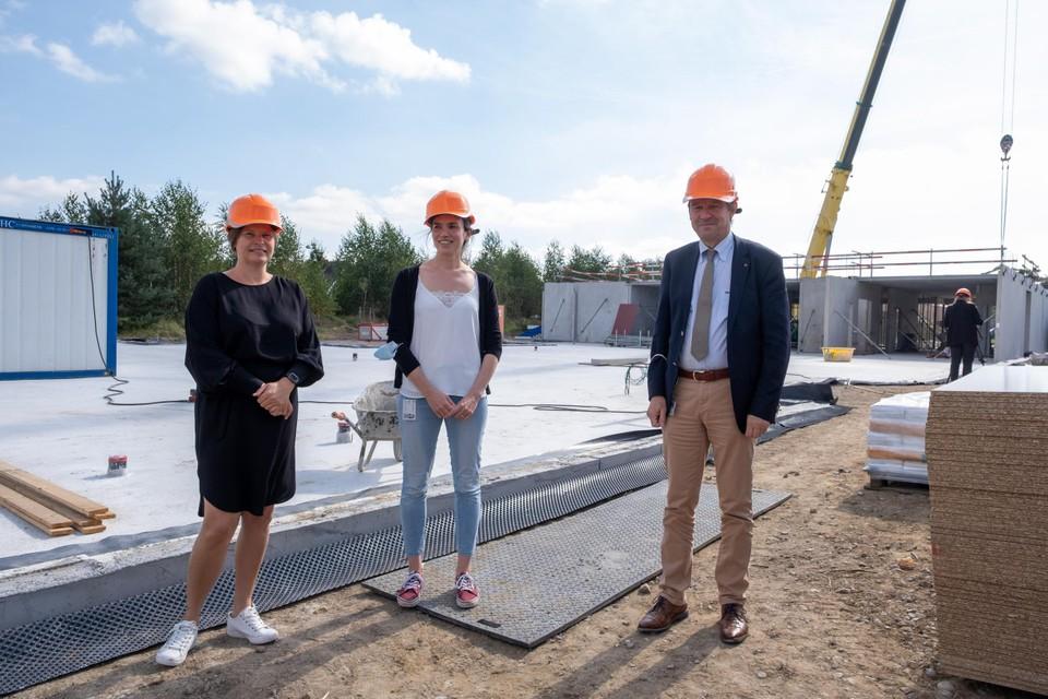 """""""De bouw is een week geleden begonnen en schiet door het gebruik van prefabbeton heel goed op"""", zegt algemeen directeur Jan Ennekens (rechts)."""
