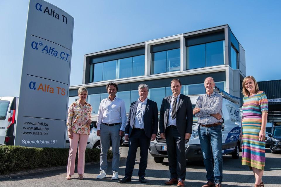 De bestuursleden van Van Roey en Alfa bij het gebouw in Lokeren.