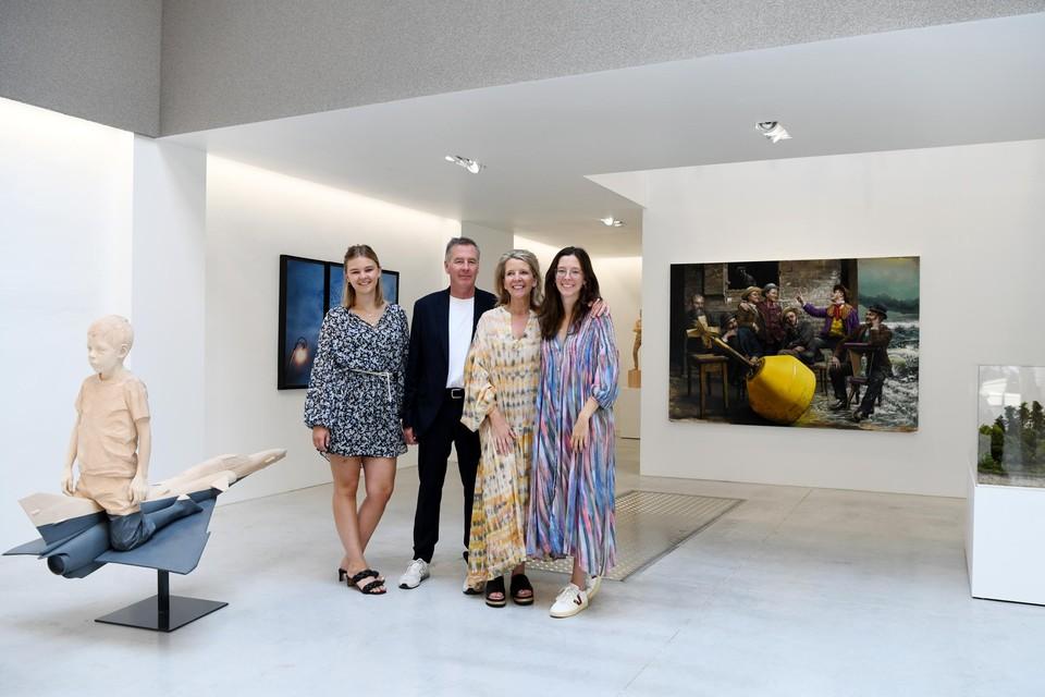 Erwin Buys en Minneke Van Campen met hun dochters Louise en Marie in de nieuwe VCRB Gallery te midden van werk van alle huisartiesten.