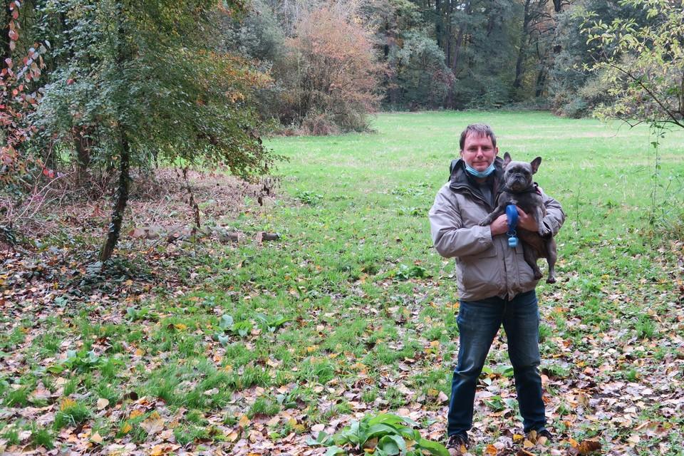 Guy Forssman met Cura op de weide in het park die zich volgens hem uitstekend leent tot losloopzone voor honden.