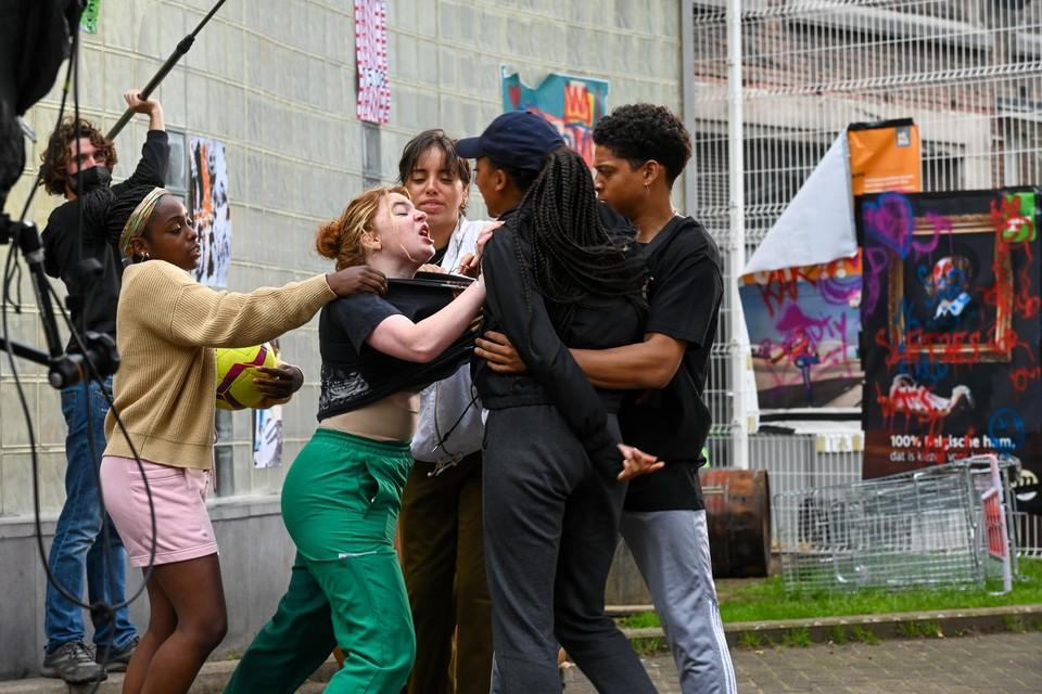 Een van de laatste scènes die wordt ingeblikt is de eerste (agressieve) ontmoeting tussen de vier hoofdrolspeelsters.