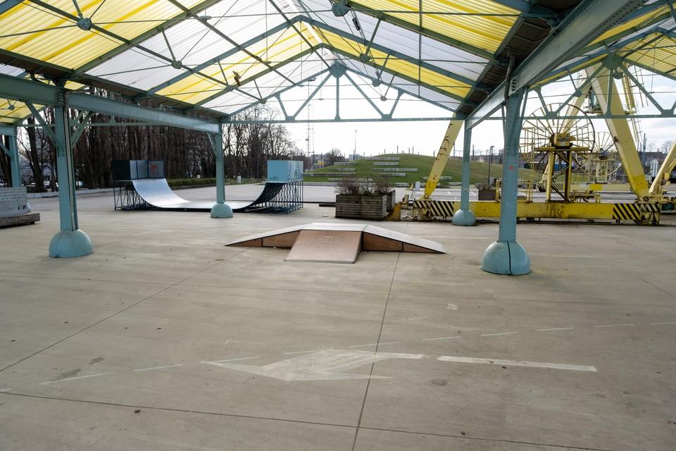 De pijlen leiden de wagens recht door het skatepark onder de hangars op Spoor Oost.