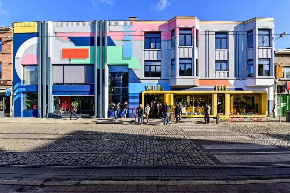 De kleurrijke nieuwe gevel, onder handen genomen door kunstenaar Larsen Bervoets.