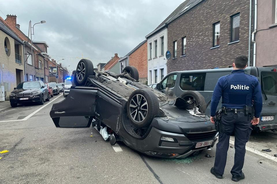 In de Stationsstraat in Berlaar is een bestuurder maandagavond de controle over zijn stuur verloren en vervolgens op zijn dak beland.