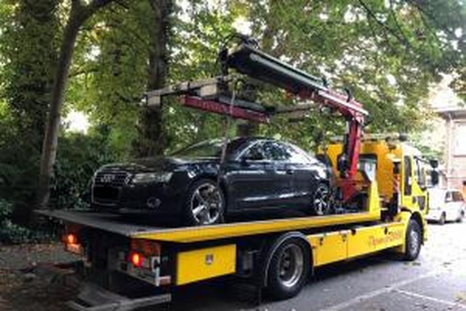 De politie heeft naast drugs en cash geld ook een luxewagen in beslag genomen.